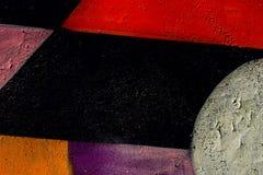 Detalhe abstrato de parede de tijolo com fragmento de grafittis coloridos, close up da arte da rua Pode ser útil para fundos Fotos de Stock