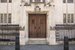 Detalhe arquitetónico da corte suprema Westminster, Parliament Square, Londres, Inglaterra, o 15 de julho imagem de stock