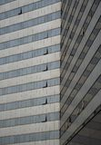 Detalhe arquitetónico de uma construção de vidro moderna do arranha-céus fotos de stock royalty free