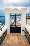 Detalhe arquitetónico, porta, ilha de Santorini em Grécia, um dos destinos os mais bonitos do curso do mundo foto de stock royalty free