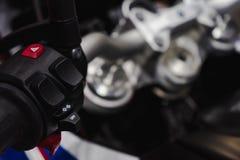 Detalhe ascendente pr?ximo de competir o guiador da motocicleta foco seletivo para o fundo Conceito do fundo do Motorsport foto de stock