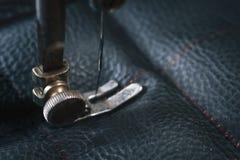 Detalhe ascendente próximo de máquina de costura velha com uma baixa profundidade de campo, costura tradicional, autentic imagens de stock