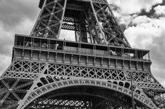 Detalhe B&W da torre Eiffel - arcos majestosos fotos de stock
