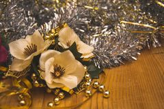 Detalhe bonito da flor branca artificial e das correntes de prata e douradas Imagem de Stock Royalty Free