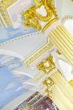 Detalhe bonito do querubim do emplastro com o scallop da folha de ouro e o carvalho l Fotos de Stock Royalty Free