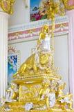 Detalhe bonito do querubim do emplastro com o scallop da folha de ouro e o carvalho l Fotos de Stock
