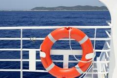 Detalhe branco do corrimão do barco do cruzeiro no mar azul Imagem de Stock