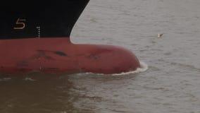 Detalhe bulboso do movimento lento da curva do navio de carga filme