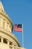 Detalhe da abóbada do Capitólio dos E.U. com a bandeira dos E.U. no flagpole - foto de stock