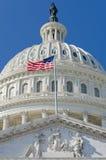 Detalhe da abóbada do Capitólio dos E.U. com a bandeira dos E.U. no flagpole - imagens de stock royalty free