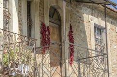 Detalhe da arquitetura - balcão velho com os papéis que secam, vila da casa de Bukovo, Macedônia fotografia de stock royalty free