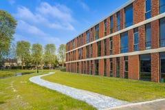 Detalhe da arquitetura de escola situado ao lado do parque Imagens de Stock Royalty Free