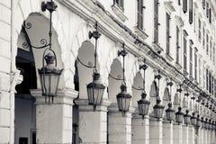 Detalhe da arquitetura de lâmpadas velhas e dos arcos de pedra, Kerkyra, Corfu Imagem de Stock Royalty Free