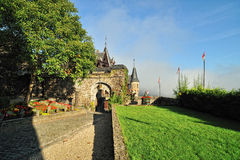 Detalhe da arquitetura do castelo de Cochem. O pátio Fotos de Stock