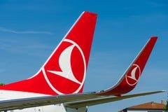 Detalhe da asa da curto-ao avião de passageiros twinjet de médio alcance Boeing 737-800 do estreito-corpo Fotografia de Stock Royalty Free