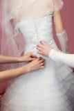 Detalhe da asseguração do vestido da noiva fotos de stock royalty free