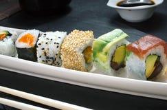 Detalhe da bandeja de rolos de sushi Fotografia de Stock