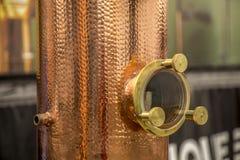 Detalhe da bebida alcoólica do destilation do Alembic imagem de stock royalty free