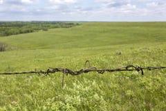 Detalhe da cerca do arame farpado, Flint Hills, Kansas Imagens de Stock