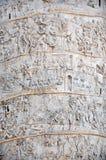 Detalhe da coluna de Traianus, a coluna de Trajan Indicadores velhos bonitos em Roma (Italy) imagens de stock