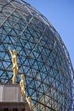Detalhe da esfera com estátuas douradas imagem de stock