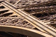 Detalhe da estrutura do metal na torre Eiffel imagens de stock