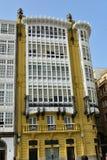 Detalhe da fachada: Casa modernista Paredes amarelas e galerias de madeira brancas foto de stock