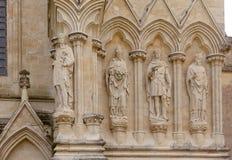 Detalhe da fachada da catedral de Salisbúria com estátuas Wiltshire sul fotografia de stock