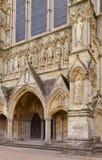 Detalhe da fachada da catedral de Salisbúria com estátuas Wiltshire sul fotos de stock