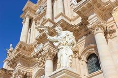 Detalhe da fachada dianteira da catedral impressionante de Siracusa no quadrado de Piazza Duomo em Siracusa, Sicília, Itália Está imagem de stock royalty free