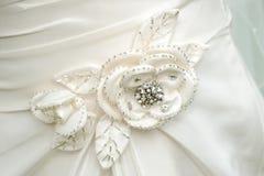 Detalhe da flor do vestido das noivas. Foto de Stock Royalty Free