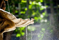 Detalhe da fonte com água deixando cair dela e sentando o espato Fotografia de Stock