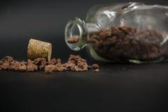 Detalhe da garrafa de vidro com pedras para dentro e dispersado no assoalho imagens de stock royalty free