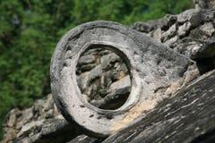 Detalhe da jarda do jogo de esfera do Maya Fotografia de Stock