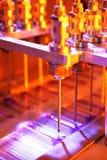 Detalhe da máquina de enchimento da fábrica imagem de stock