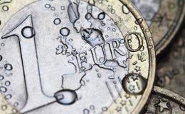 Detalhe da moeda do Euro com gotas da água Imagem de Stock Royalty Free