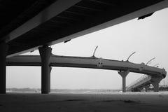 Detalhe da ponte preto e branco linhas da arquitetura abstraia o fundo foto de stock royalty free