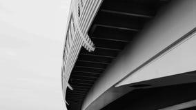 Detalhe da ponte preto e branco linhas da arquitetura abstraia o fundo fotografia de stock