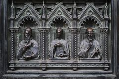 Detalhe da porta de bronze principal de Milan Cathedral imagem de stock