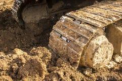 Detalhe da sapata da trilha do metal da máquina escavadora foto de stock