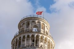 Detalhe da torre de Pisa - mostrando a área superior do telhado com a bandeira vermelha 3 fotos de stock royalty free