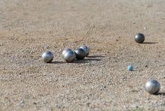 Detalhe das bolas de Petanque durante o competiam local na ilha espanhola de Mallorca fotos de stock