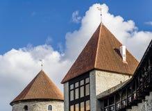 Detalhe das torres medievais bonitas do centro histórico de Tallinn, Estônia foto de stock