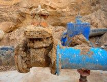Detalhe das válvulas de porta dos encaixes, dos 250mm e do 150mm, membros comum da redução no abastecimento de água da bebida fotografia de stock