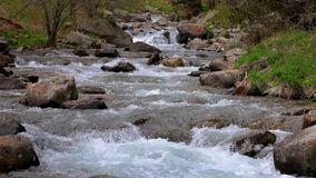 Detalhe de abundância do rio com fim acima da rocha, em montanhas espanholas de Pyrenees vídeos de arquivo