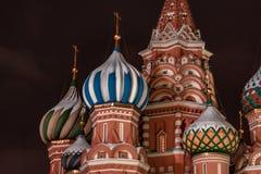 Detalhe de Architechtural da catedral da manjericão do St em Moscou na noite imagem de stock royalty free