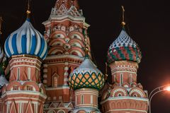 Detalhe de Architechtural da catedral da manjericão do St em Moscou na noite foto de stock royalty free