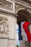 Detalhe de arco triunfal com a bandeira nacional de França, Paris, franco Foto de Stock