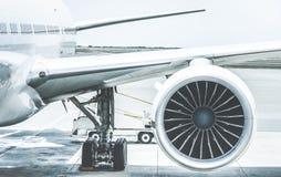 Detalhe de asa do motor do avião na porta do terminal de aeroporto fotos de stock