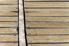 Detalhe de assoalho de madeira com parafusos e trilho Fotos de Stock